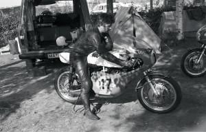 Länsisaksalainen John Lothar valmistautuu kilpailuun vuonna 1971. Hän sijoittui 500-kuutioisten luokassa kahdeksanneksi.