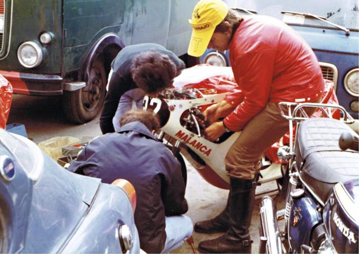 Entisaikaan saattoivat katsojat joutua auttamaan varikolla pyörien huoltamisessa. Kuvassa Glenn Saloranta auttaa erästä kuljettajaa huoltotoimenpiteissä.