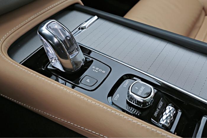 Käynnistäminen ja sammuttaminen tapahtuu nuppia kiertämällä. Eri ajotilat valitaan rullan ja kosketusnäytön avulla. Myös räätälöity vaihtoehto on mahdollinen. T8:n vaihteenvalitsin on Orreforsin kristallia.