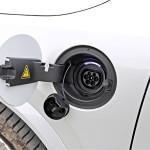 T8-mallin latausjohto on kuljettajan oven edessä. Energiasisällöltään 9,2 kWh:n akun latauksen sanotaan kestävän 16 ampeerin virralla 2,5 tuntia.