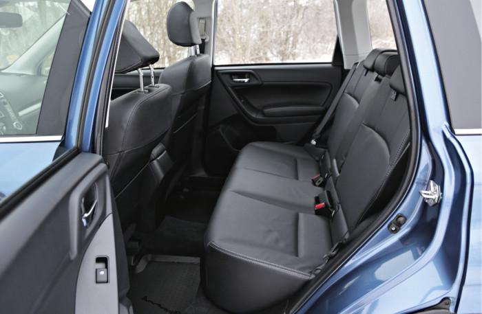 Korkean korin ja pystyn istuma-asennon ansiosta takapenkillä on hyvin tilaa. Matalan ikkunalinjan ansiosta takaistuimelta näkee hyvin ulos.
