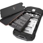 Insmat Rock V50 vakuuttaa tukevilla kumipuskureillaan. Tuplaruuveilla lukittu takakansi sekä suojatut liittimet takaavat sen, ettei puhelin ihan pienestä hätkähdä.
