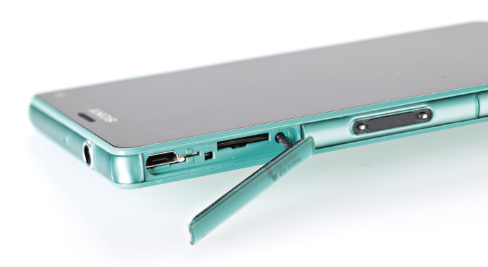 Sony Z3 Compactin suojaus näkyy suojaluukuilla peitetyissä liitännöissä ja korttipaikoissa. Toivottavaa olisi, että vedenkestävyydestä tulisi myyntivaltti muidenkin merkkien vakiopuhelimille.