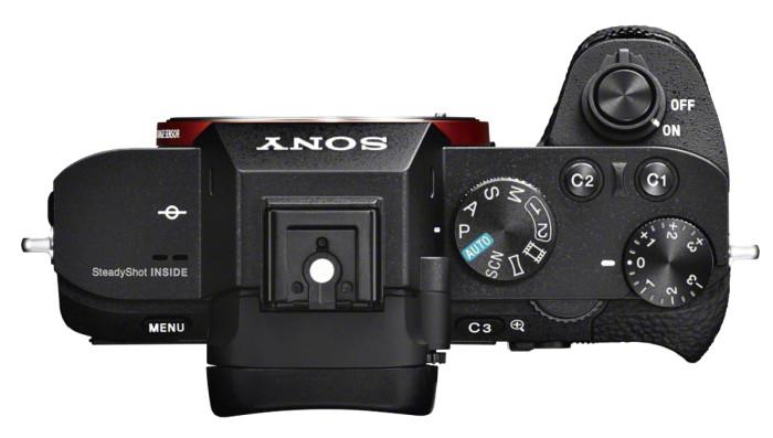 Sony α7 -rungot ovat kinokoon kennosta huolimatta pieniä. Uudessa α7 II:ssa kuvausotetta on kohennettu merkittävästi suurentamalla otekahvaa ja lisäämällä rungon paksuutta.