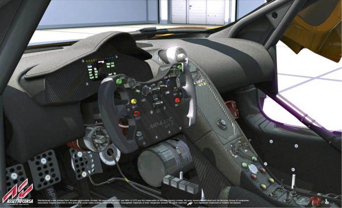 Assetto Corsa on yksi niistä pc:n tinkimättömimmistä ajosimulaattoreista, joka osaa ottaa laaturatista kaiken irti. Muun muassa sen tuottamat tärinätehosteet ovat erottelultaan pelikonsoleita edellä (vrt. DriveClub ja Forza Motorsport 5). Tähän aiheeseen palataan myöhemmin omassa artikkelissaan.