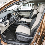 Kuljettajan istuimen sähkösäätöjen käyttökytkimet ovat istuimen sivussa. Istuinsäädön muistikytkimet ovat kuljettajan ovessa. Ohjauspyörän säädöt ovat mekaaniset, joten aivan täydellisesti ajoasentoa ei saa muistiin. Korkean keskikonsolin kohdalla oleva turvavyön kiinnike on haasteellinen käyttää, kun päällä on talvivaatteet.