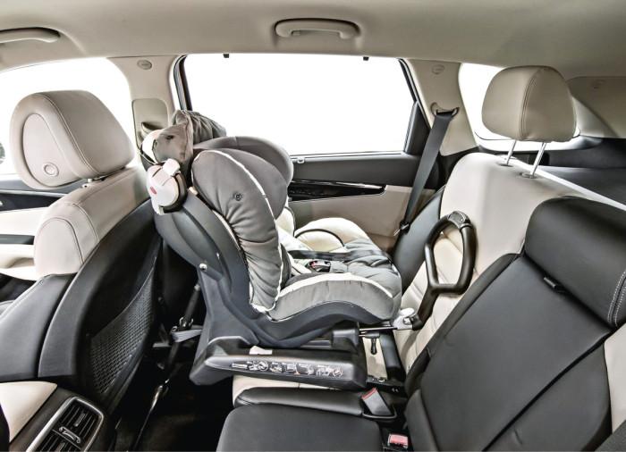 Tunnetusti vaikeanmallisena kappaleena pidettävä lastenistuinkin mahtuu hyvin takapenkille, jossa on kiinnityskohdat kahdelle istuimelle.