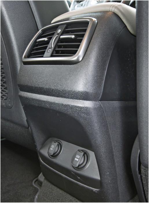 Takamatkustajille on keskikonsolin päässä kaksi tuuletussuutinta ja kaksi virran ulosottoa. Reunapaikkojen istuinlämmityksen katkaisimet ovat ovissa.