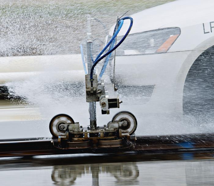 Jarrutuskokeissa on tärkeää tehdä jarrutus aina samalla kohdalla testirataa, koska pienikin sivuittaispoikkeama voi tarkoittaa erilaista pitotasoa asfaltissa. Kisko-ohjaus varmistaa tarkat ja vertailukelpoiset tulokset.