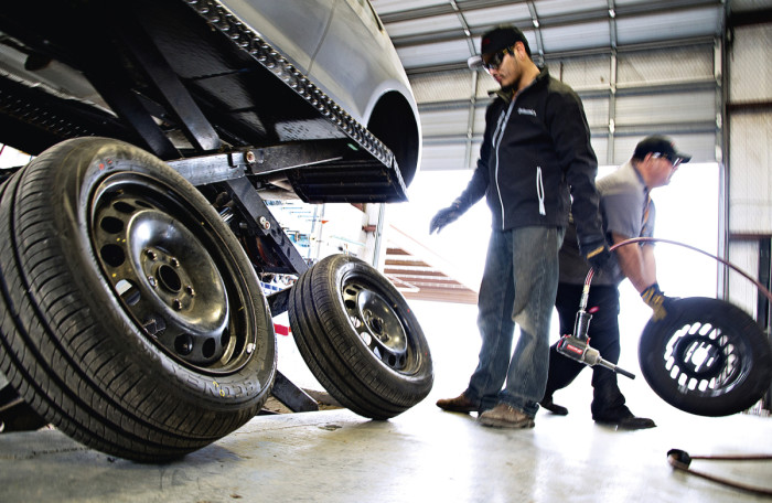 Sujuva renkaanvaihto on erityisen tärkeää suurta rengasmäärää testatessa. Koesarja on saatava tehtyä nopeasti, jotta sään mahdollinen muuttuminen ei sotke tulosta.