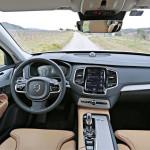Kojelaudassa on vain kahdeksan nappia, ja ohjaamon ilme on tyylikkään skandinaavinen. Mikä tärkeintä, istuinmukavuus ja ajoasento ovat Volvon perinteiden mukaisesti ensiluokkaisia. Keskusnäytön käyttölogiikka on suhteellisen hyvä, mutta sadat asetukset vaativat opiskelua.