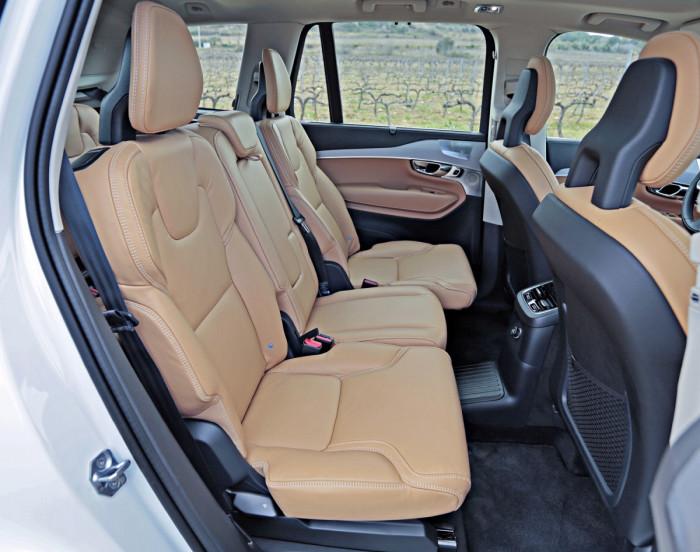 Keskirivin kolme paikkaa ovat erillisiä ja sekä etäisyys että selkänojan kulma ovat säädettäviä. Istuimet näyttävät pieniltä, mutta mukavuus on kunnossa ja tilaa riittää.