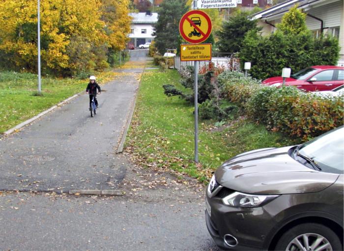 Ennen liikennemerkin vaihtamista kevyen liikenteen väylää käyttävän polkupyöräilijän piti väistää ajorataa käyttävää autoilijaa. Nyt tilanne on päinvastainen.