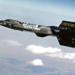 1960-luvulla koelentojaan tehnyt X-15-rakettikone, joka nousi lennoillaan avaruuden puolelle mutta tuli sieltä saman tien takaisin, laukaistiin matkaan B-52-pommikoneen alta. Samaan tekniikkaan perustuvia raketteja ja miehitettyjä aluksia suunniteltiin jo tuolloin, mutta ne jäivät muiden hankkeiden jalkoihin.