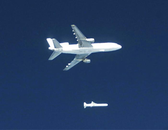 Pegasus matkallaan ilmaan ja sieltä avaruuteen Lochkeed L-1011 TriStar -liikennelentokoneesta tehdyn emoaluksen alla.