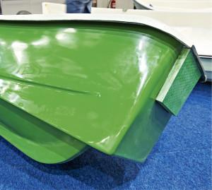 Jokiveneen perän muotoilussa on onnistuneesti yhdistetty soutamisen ja moottorilla ajon vaatimukset.