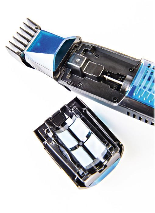 Imurin keräinsäiliö sijaitsee trimmerin päällä, ja se irtoaa tyhjennystä varten jäykästi naksahtaen. Imuritoiminto ajaa hyvin asiansa. Jopa irtonaisia rajainkampoja käytettäessä valtaosa partakarvoista päätyy säiliöön.