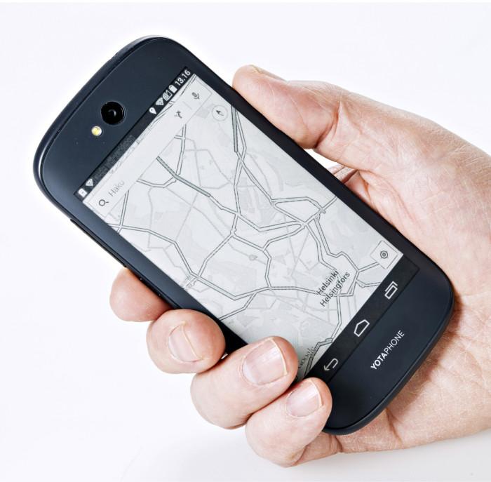 Kakkosnäytöllä voi selata vaikka paikkakunnan karttaa ilman, että puhelinta tarvitsee aina erikseen kytkeä päälle.