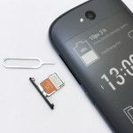Tilansäästösyistä YotaPhone 2:n sim-korttipaikka on sijoitettu poikkeuksellisesti irrotettavan äänenvoimakkuusnapin alle piiloon.