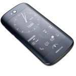 YotaPhone 2:n e-mustenäyttö sopii parhaiten jatkuvasti päällä olevien widgettien, kuten esimerkiksi kellon, kalenterin ja säätietojen esittämiseen. Näytön kautta pystyy käyttämään muitakin puhelintoimintoja.